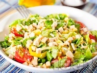Зелена салата с крутони, чери домати и кълнове